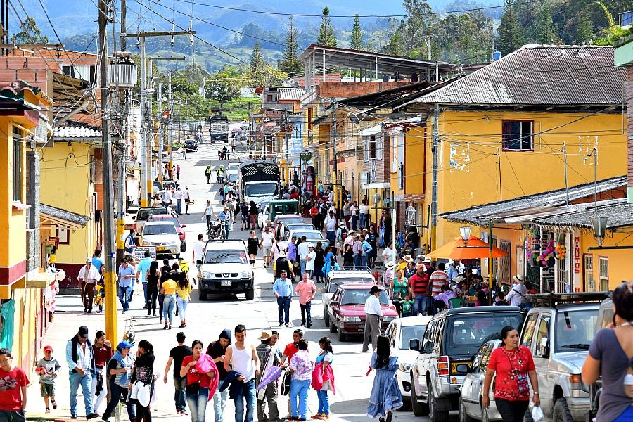 Een auto huren in Colombia - chaos in een Colombiaans dorpje