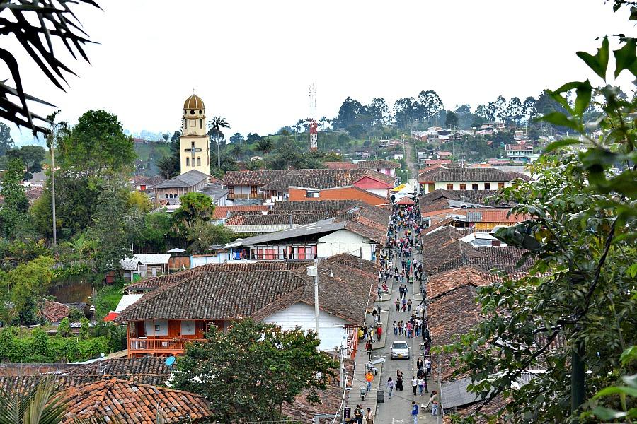 Een auto huren in Colombia - straat in Salento