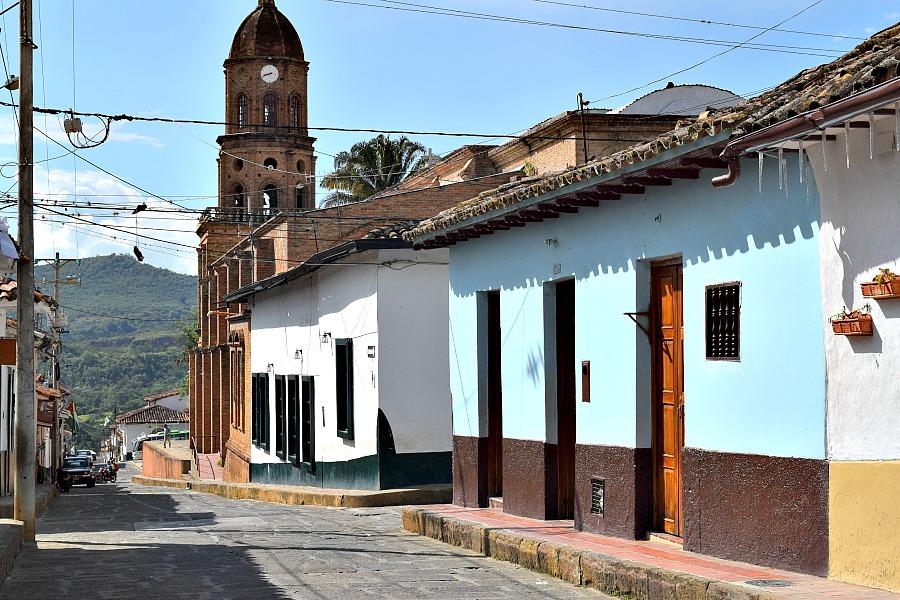 Een auto huren in Colombia - straatje in Curití