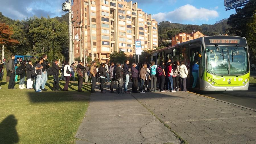 In de rij voor de bus in Bogotá