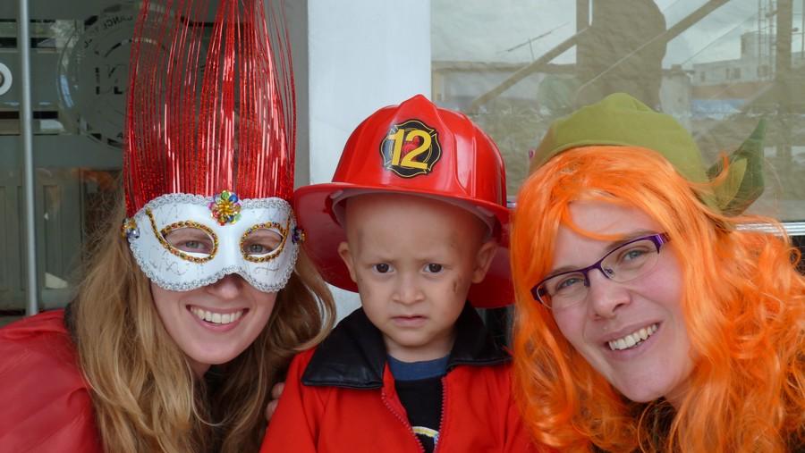 Esther en ik met een kleine brandweerman