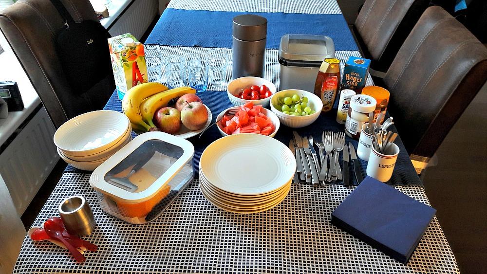 De tafel gedekt voor het ontbijt