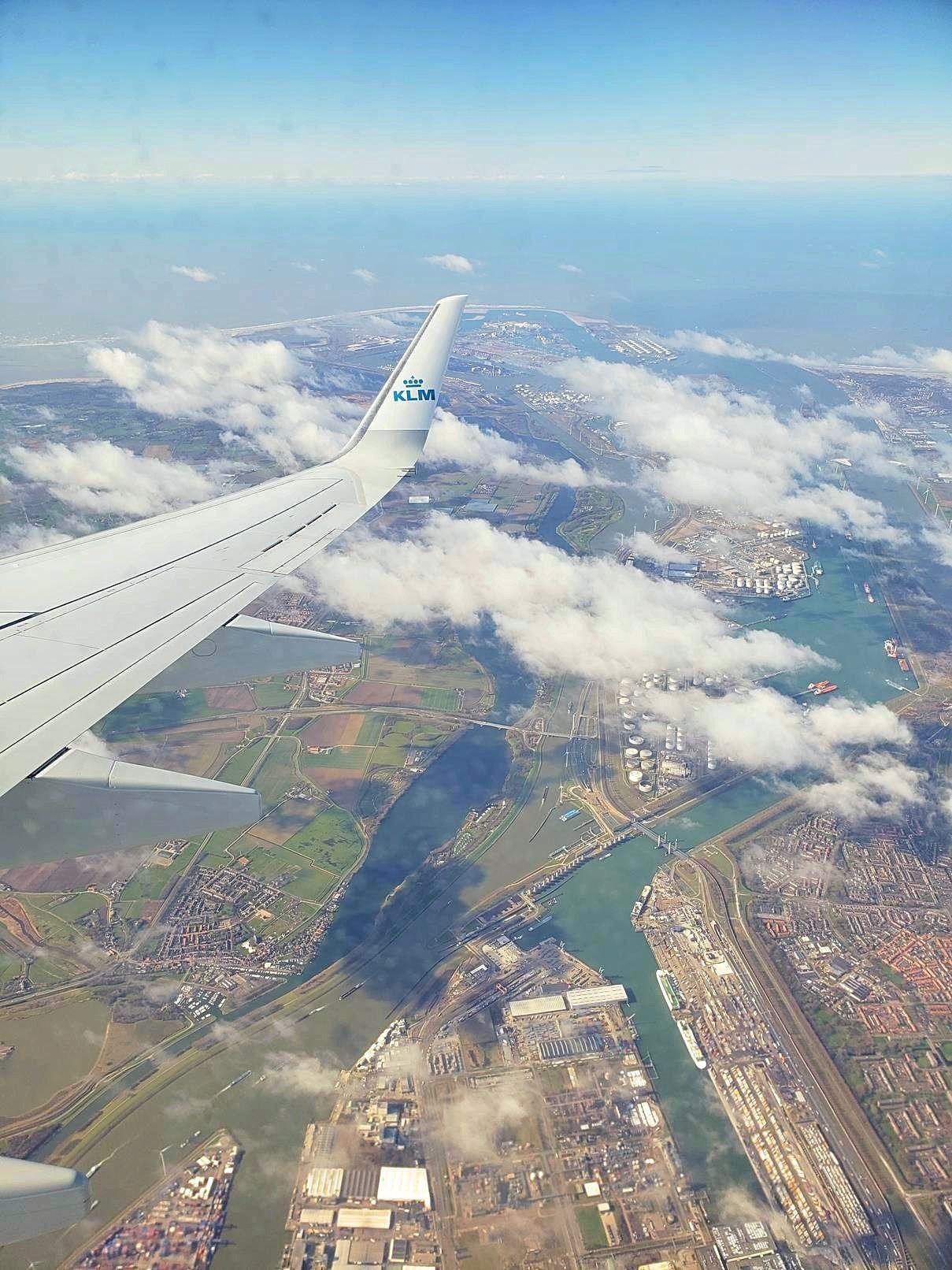Uitzicht over Nederland vanuit het vliegtuig KLM